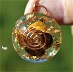 Orgonitehanger met tijgeroog en 24kt goudflakes