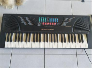 Grote foto keyboard om te leren spelen muziek en instrumenten keyboards
