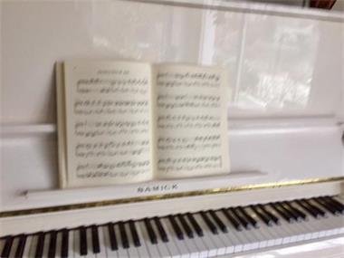 Grote foto witte buffet piano te koop mooie klank. muziek en instrumenten piano en vleugels
