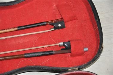 Grote foto oude viool met 2 strijkstokken muziek en instrumenten violen en altviolen