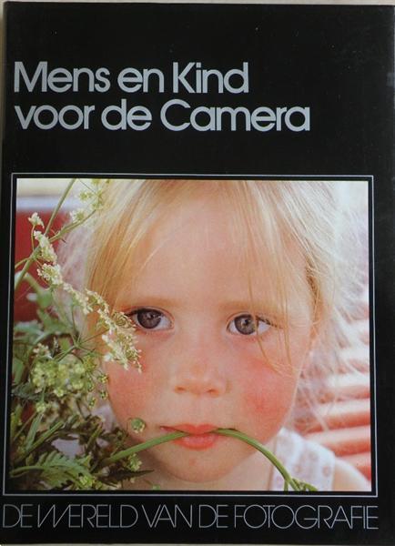 Grote foto fotografie mens en kind voor de camera. boeken fotografie en design