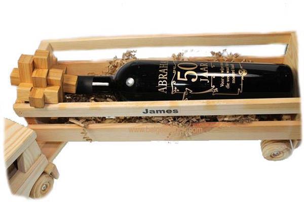 Grote foto houten vrachtwagen met naam en abraham wijnfles zakelijke goederen cadeautjes