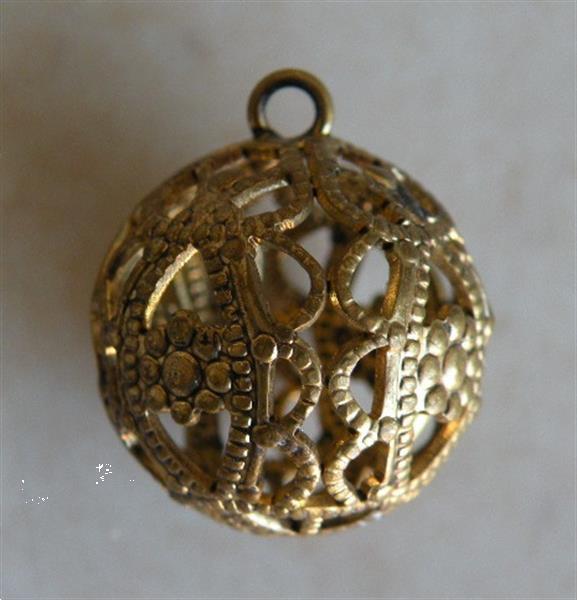 Grote foto hanger goudkleurig. soort filigrain. sieraden tassen en uiterlijk bedels en hangers