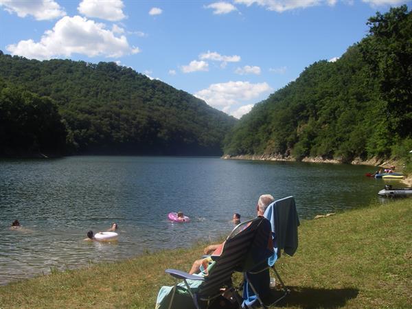 Grote foto ruime stacaravan aan een groot meer auvergne vakantie frankrijk
