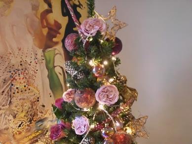 Grote foto versierde kerstboom huren afbeeldingen vr bedrijf diversen cadeautjes en bonnen