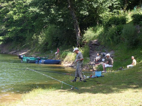 Grote foto vissen op groot visrijk meer zuidelijk frankrijk watersport en boten algemeen