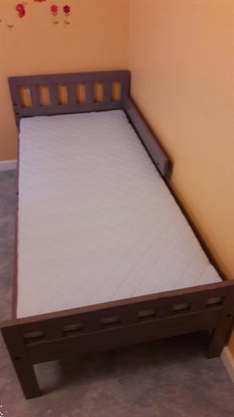 Grote foto juniorbedje met matras en 2 matrasbeschermers. kinderen en baby dekens en slaapzakjes