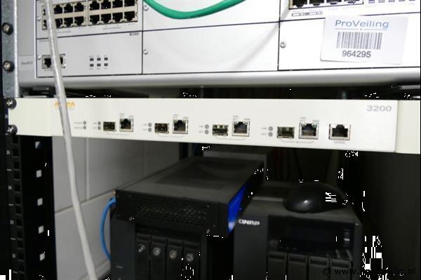 Grote foto aruba networks switch in veiling bij proveiling computers en software netwerkkaarten routers en switches