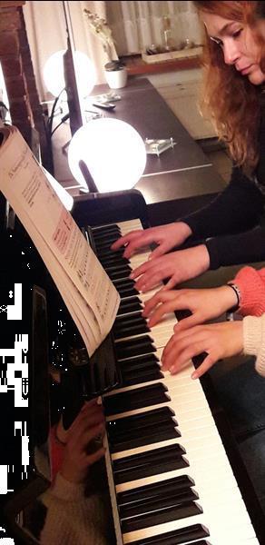 Grote foto pianoles met natalia diensten en vakmensen muziekles en zangles