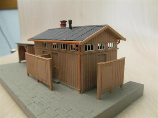 Grote foto stationsgebouw met bijgebouwtje hobby en vrije tijd modelbouw overige