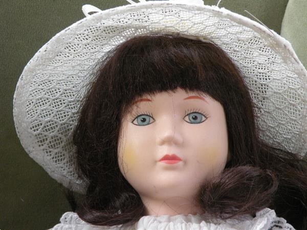 Grote foto pop witte jurk met rose ceintuur. lengte 43 cm. kinderen en baby poppen