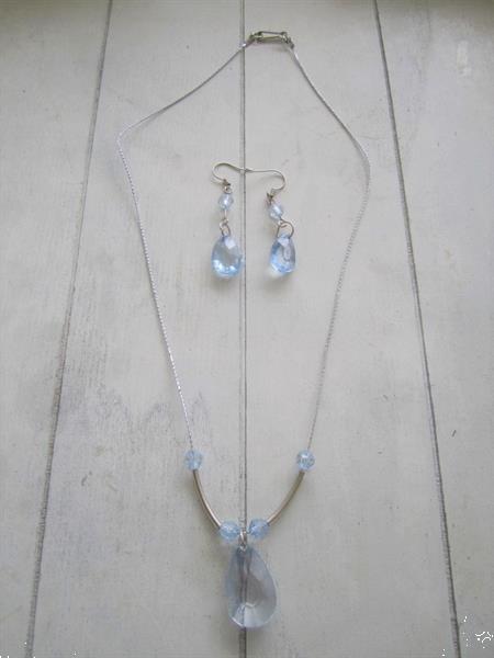 Grote foto set oorbellen en ketting met zachtblauwe ovalen sieraden tassen en uiterlijk oorbellen