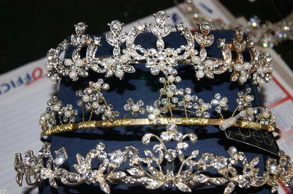 Grote foto kroontjes drie stuks sieraden tassen en uiterlijk huwelijk en trouwsieraden