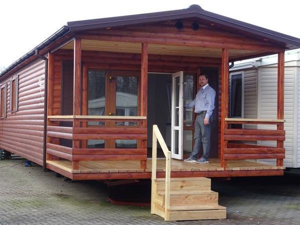 Grote foto houten chalet met terras caravans en kamperen stacaravans