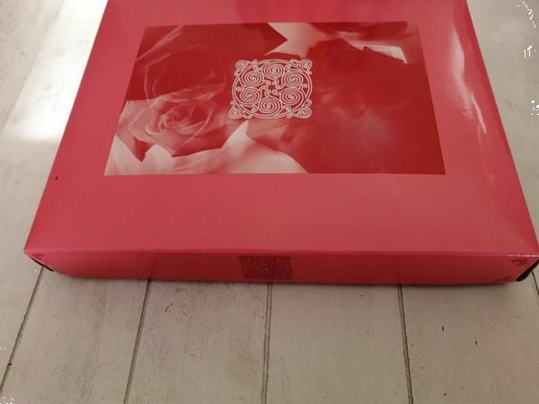 Grote foto nieuwe geschenkdoos met aroma therapie sieraden tassen en uiterlijk parfum