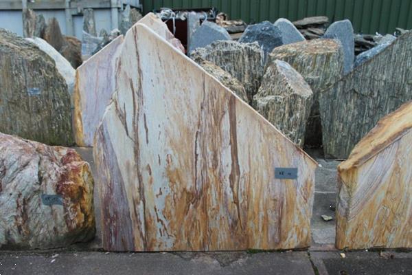 Grote foto ruwe natuursteen kwartsiet rom. tuin en terras sierstenen en rotsen