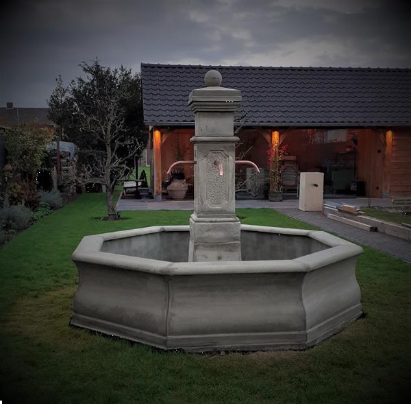 Grote foto franse dorpsfontein tuin en terras fonteinen en waterpartijen