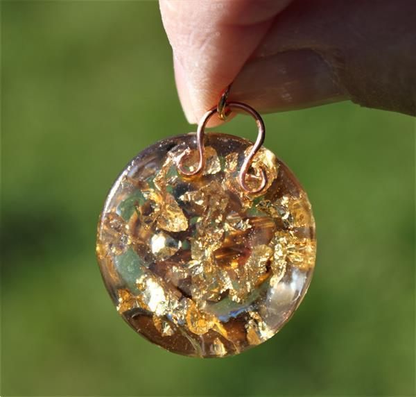 Grote foto orgonitehanger met tijgeroog en 24kt goudflakes paranormaal edelstenen