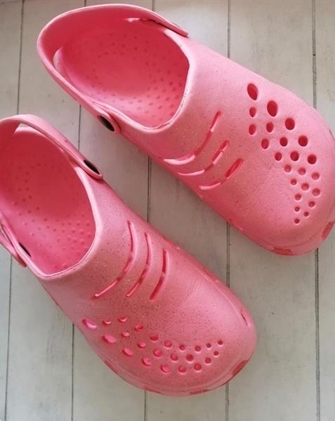 Grote foto felroze schoentjes met glitters type crocs 33 kinderen en baby schoentjes en sokjes