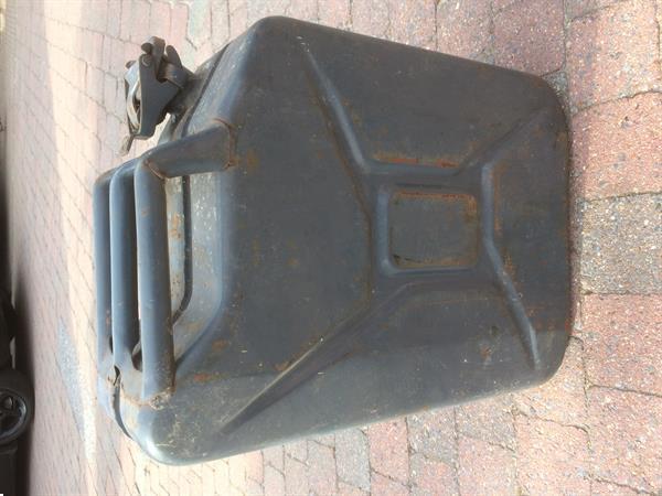 Grote foto oude retro ijzeren jerrycan 20 liter verzamelen militaria algemeen
